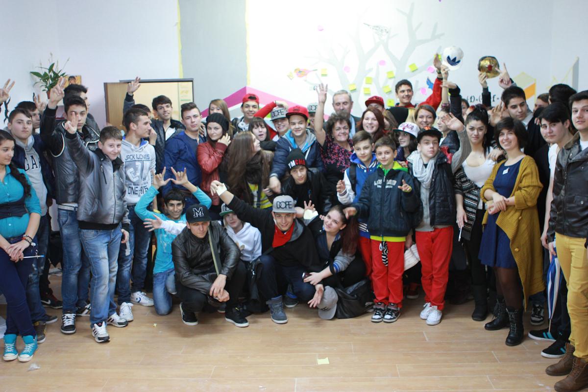 Elevi, profesori și antrenorii Zburd alături de membrii trupei Trouble Crew Foto: Alexandru Patatics