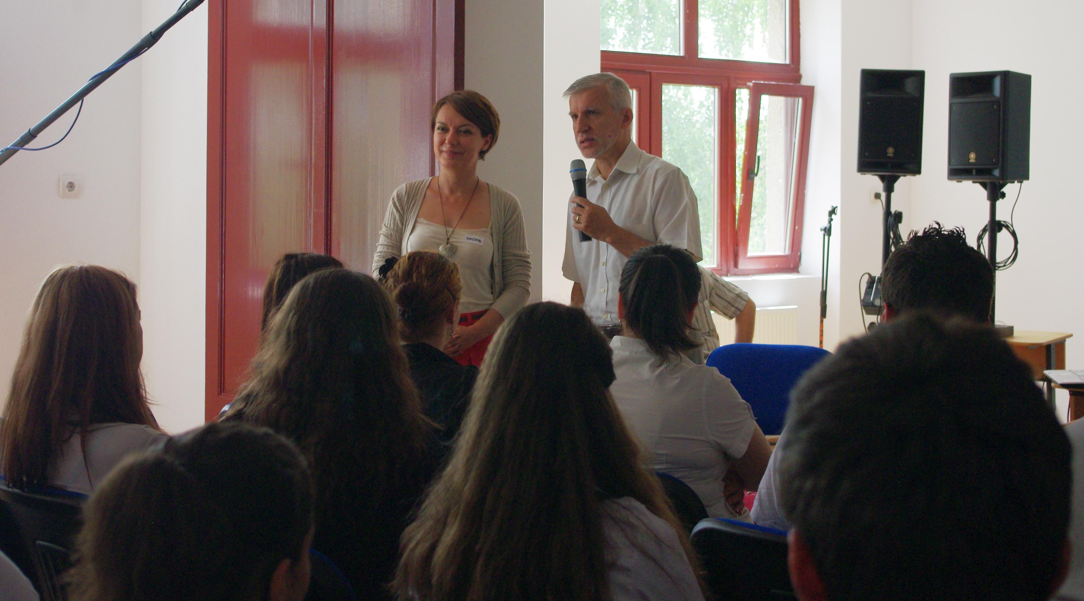 Costel Coravu, antrenor, și Simona David Crisbășanu, coordonator al proiectului Zburd-Educație prin coaching