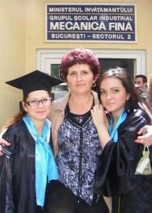 Cătălina la absolvirea liceului (în stânga)